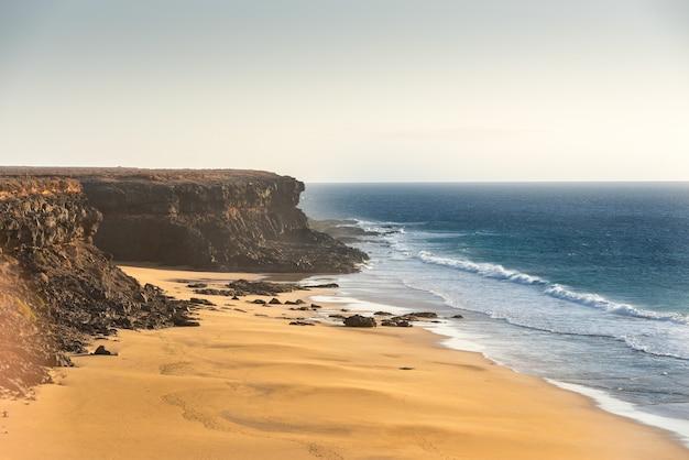 Strzał zbliżenie wybrzeża fuerteventura w el cotillo na wyspach kanaryjskich, hiszpania
