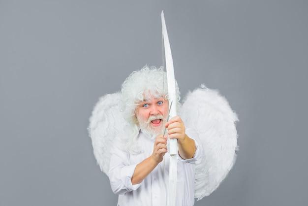 Strzała miłości męski anioł z łukiem i strzałą amorek anioł z łukiem i strzałami amorek w walentynki