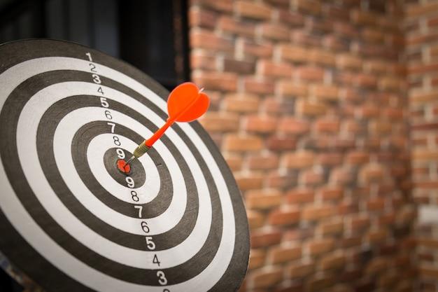 Strzałka czerwona strzałka uderzając w centrum tarczy na tarczy z stylu vintage światła słonecznego.