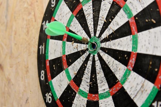 Strzałka dart uderzająca w środek tarczy tarczy