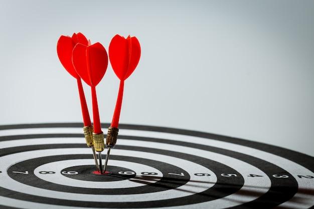 Strzałka darta uderzająca w centrum celowania tarczy. koncepcja sukcesu