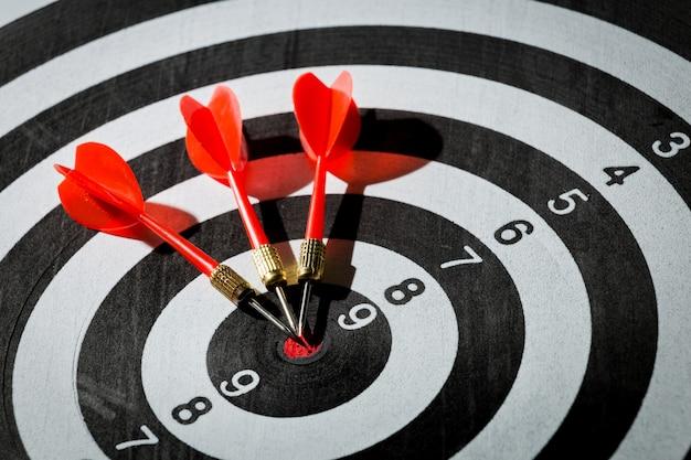 Strzałka darta uderzająca w centrum tarczy tarczy. koncepcja sukcesu