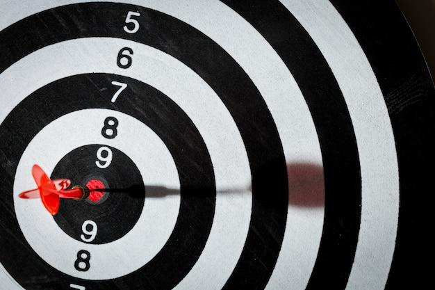Strzałka darta uderzająca w centrum tarczy tarczy.