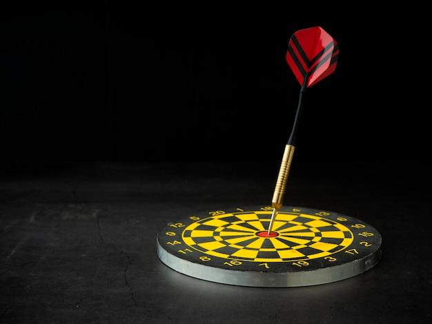 Strzałka darta z planszy na czarnym granicie