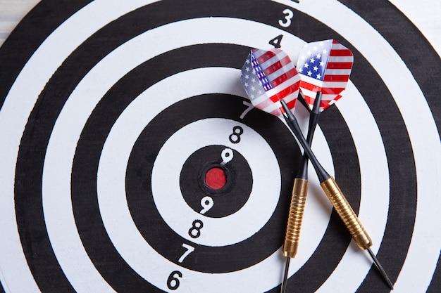 Strzałka w strzałkę uderza w środek tarczy.