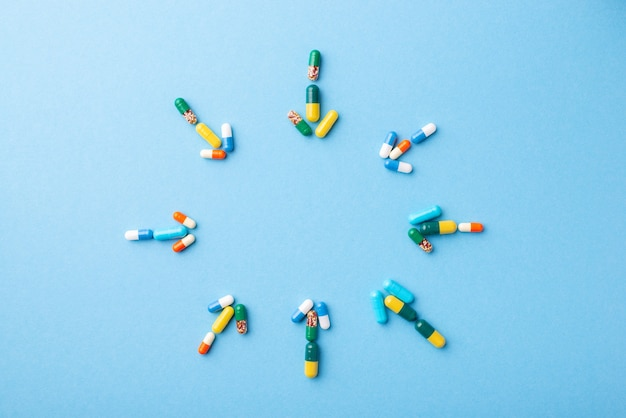 Strzałki wykonane z tabletek wskazujących na środek z miejsca na kopię