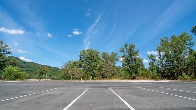 Strzałkowaty symbol podpisuje wewnątrz parking, parking, parking pas ruchu plenerowy z niebieskim niebem