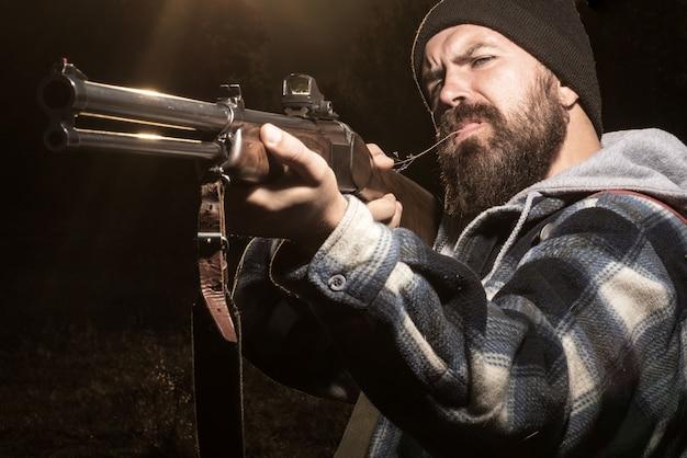 Strzelec namierza cel. człowiek myśliwy na polowaniu.