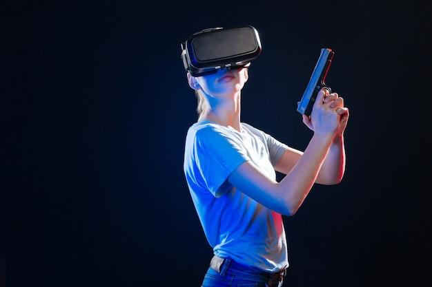Strzelnica. poważna młoda kobieta w okularach 3d, podczas gdy jest gotowa do strzału