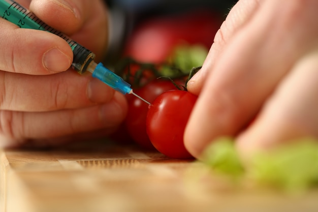 Strzykawka wewnątrz pomidora cherry