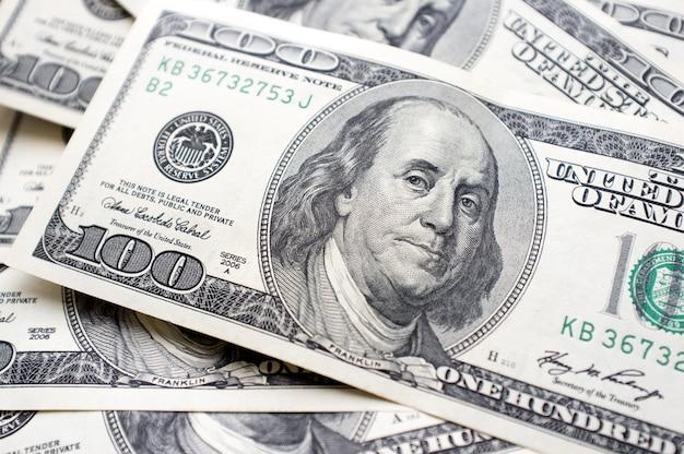 Stu dolarów w gotówce. benjamin franklin.