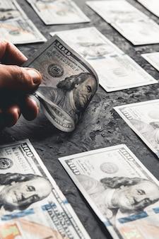 Stu dolarowe banknoty są twórczo rozplanowane. piękny oryginalny przepływ gotówki. sto dolców jako tło na długim banerze w wysokiej rozdzielczości. koncepcja biznesowa, perspektywa rozwoju.