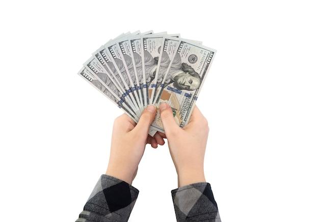 Stu dolarowe w rękach kobiety biznesu na białym tle.