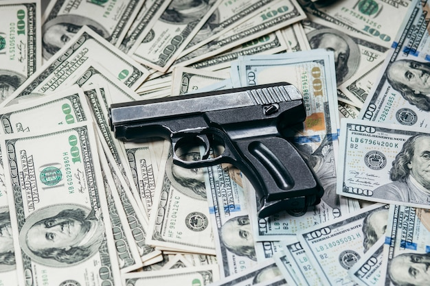 Stu dolarowe z pistoletem