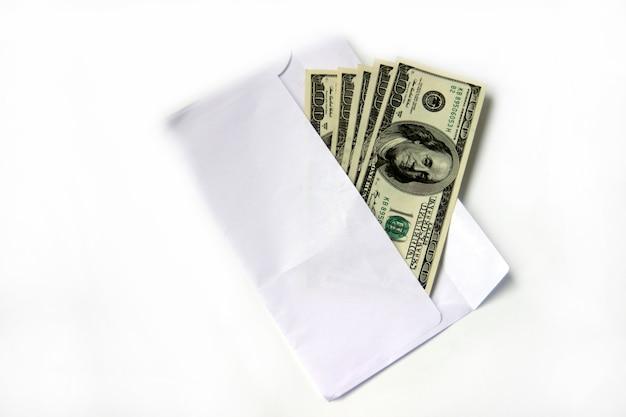 Stu dolarowy banknot lub banknoty w białej kopercie na białym tle