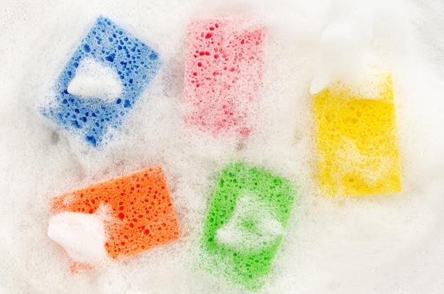 Stubarwne mydlane gąbki z piankowym cleaning pojęciem, odgórny widok