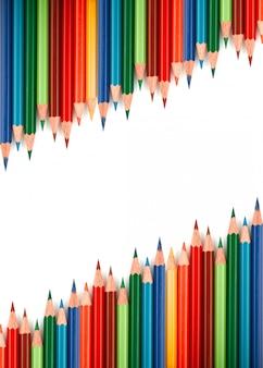 Stubarwni ołówki odizolowywający na bielu