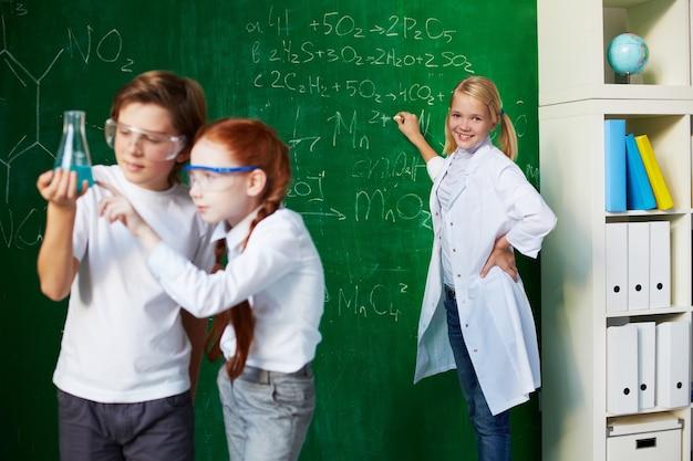 Studenci analizowanie eksperyment z tłem nauczyciela