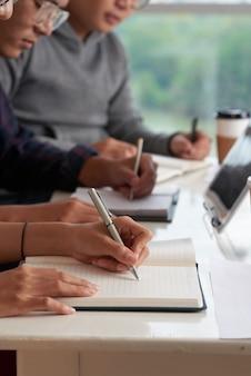 Studenci azjatyccy piszący test