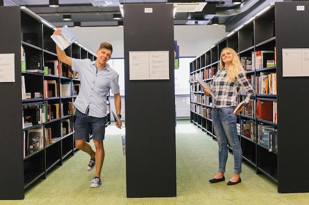 Studenci bawią się w bibliotece
