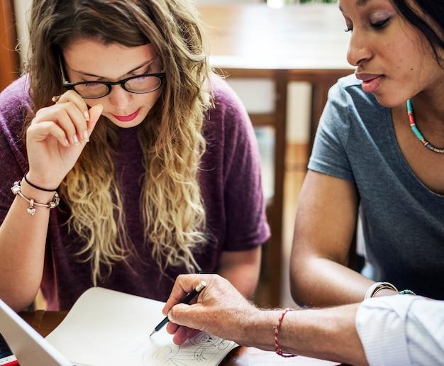 Studenci collegu rozmawiają z doradcą