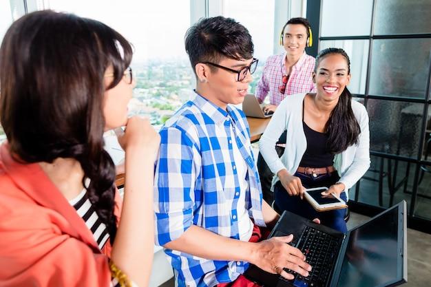 Studenci collegu uczą się w grupie roboczej