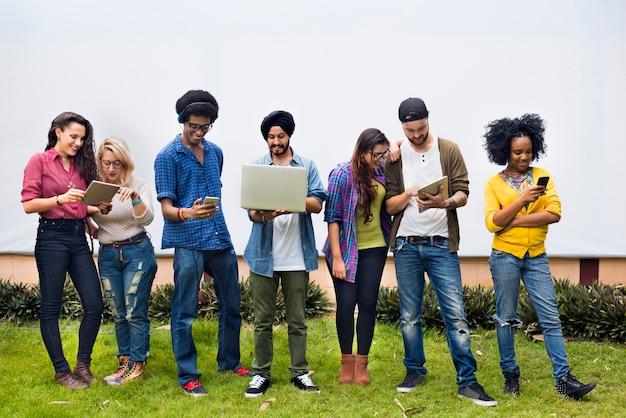 Studenci collegu używa cyfrowych przyrządów pojęcie