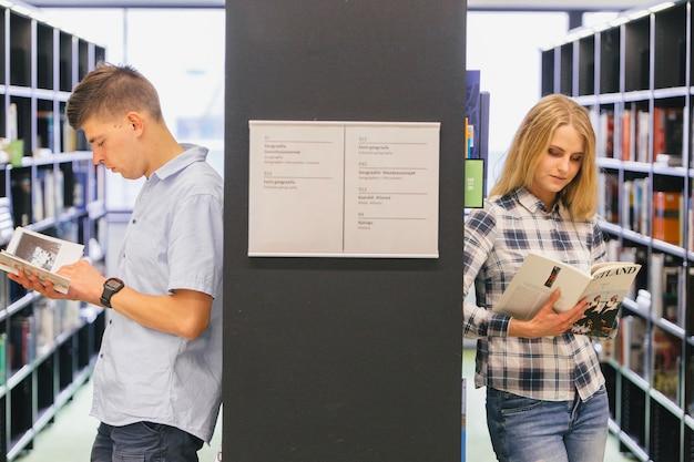 Studenci czytając literaturę
