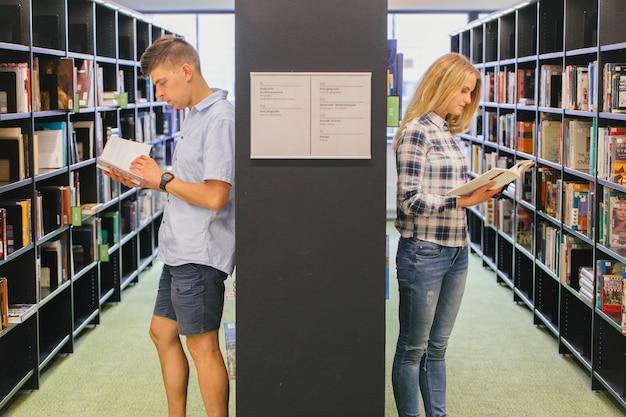 Studenci czytania książek na półce