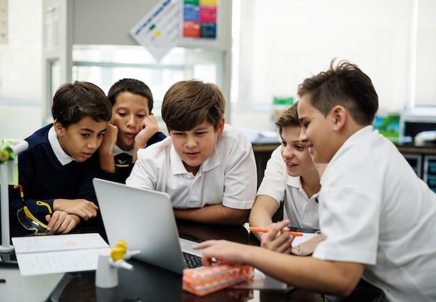 Studenci e-learning z laptopem