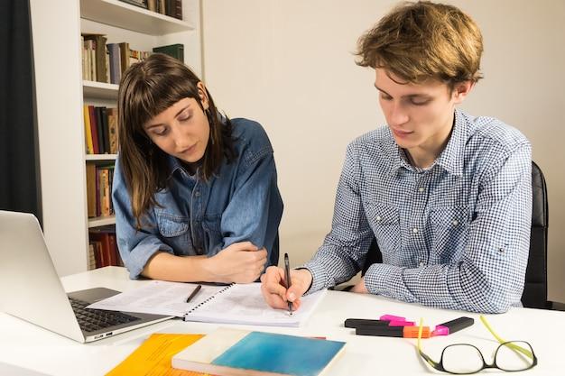 Studenci i współpracownicy siedzący przy stole