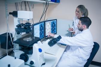 Studenci informujący o mikroskopijnych obrazach