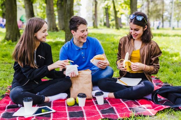 Studenci jedzenia i zabawy