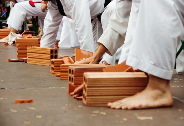 Studenci karate pokazują swoje umiejętności