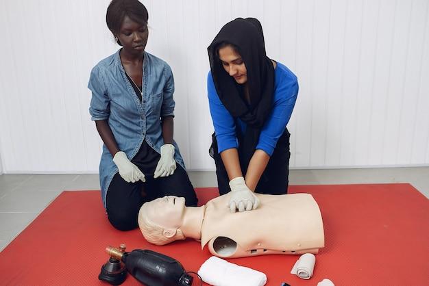 Studenci medycyny ćwiczą