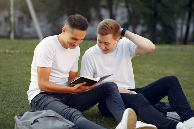 Studenci na kampusie uniwersyteckim z książką