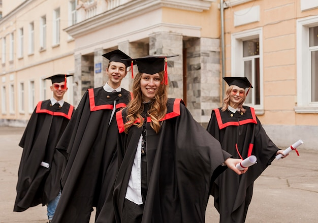 Studenci na ukończeniu szkoły