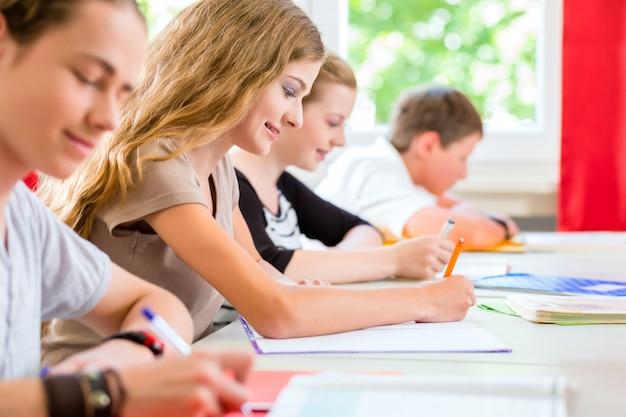 Studenci piszący test w szkole koncentrujący się
