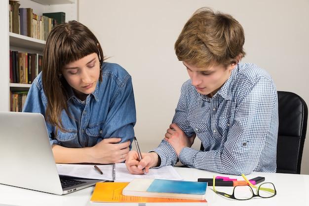 Studenci płci żeńskiej i męskiej współpracujący ze szkołą lub pracą