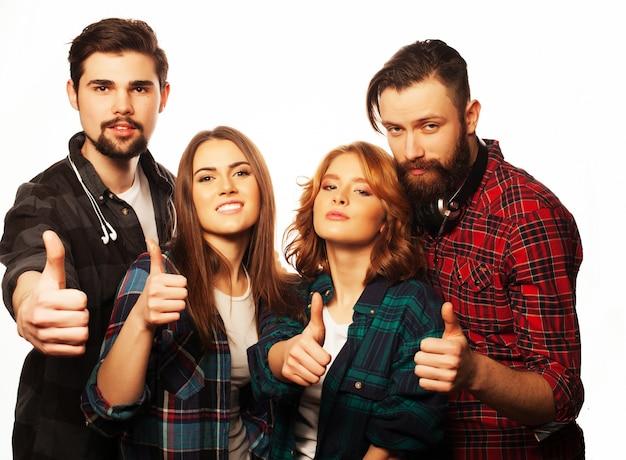 Studenci pokazujący kciuki do góry