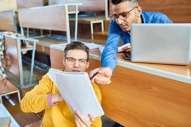 Studenci pomagają sobie nawzajem na uniwersytecie
