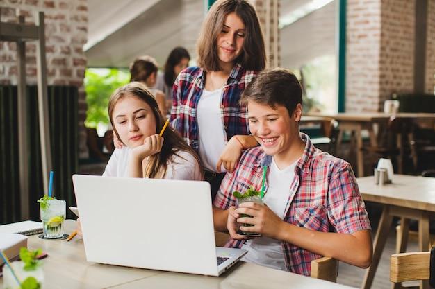 Studenci pracuj? cych razem na laptopie