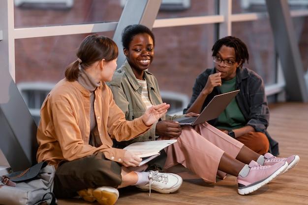 Studenci pracujący razem nad projektem