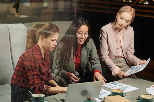 Studenci pracujący z raportem finansowym