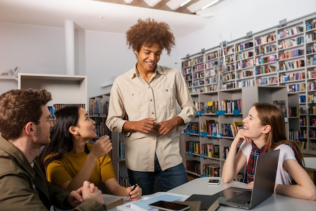 Studenci prowadzą badania w bibliotece