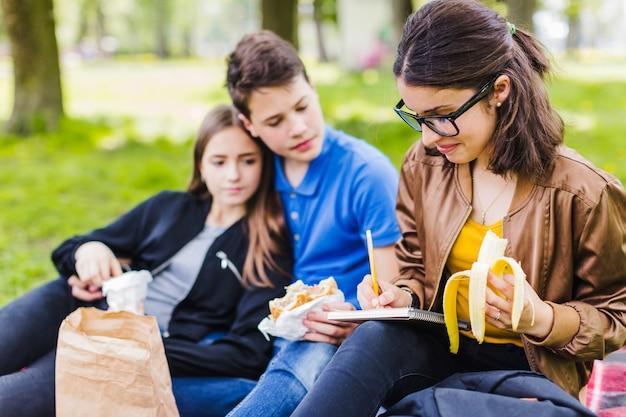 Studenci przy złamaniu