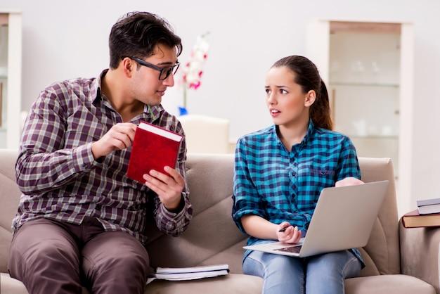 Studenci przygotowujący się do egzaminów uniwersyteckich