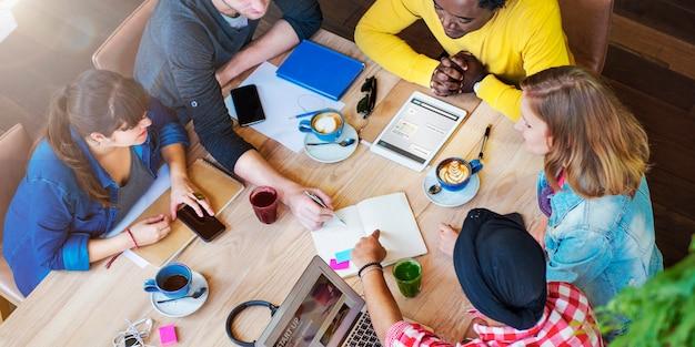 Studenci przyjaciele spotkanie dyskusja studia koncepcja