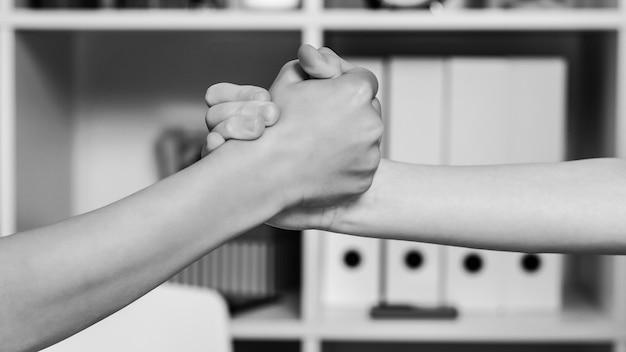Studenci robią uścisk dłoni w klasie. śliczni chłopcy ściskając ręce. najlepsi przyjaciele, przyjaźń. przyjaźń szkolna, praca zespołowa i partnerstwo. uścisk dłoni dzieci.