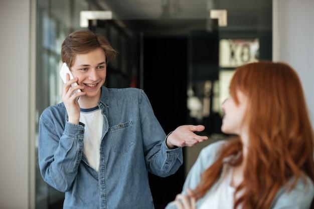 Studenci rozmawiają w kawiarni